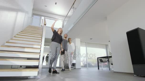 Professionelle Immobilienmakler zeigt stilvolles moderne Haus, ein schönes junges Paar