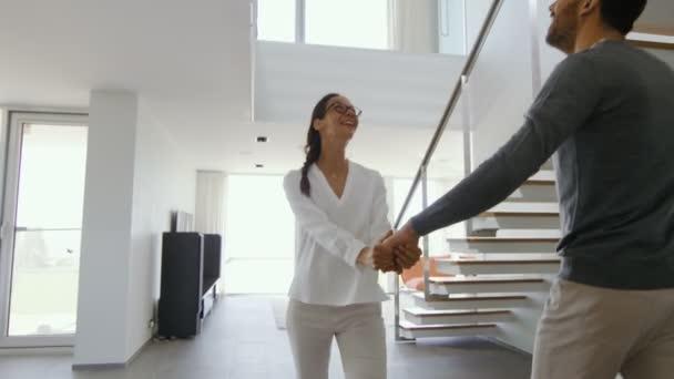 Mladý pár vstoupí do svého nově zakoupených domů šťastný, jsou plné údivu. Dům je jasný, má od podlahy až ke stropu okna a výhledem na moře