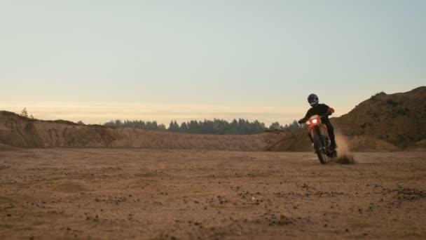 Profesionální Biker jezdí na motocyklu Fmx. On je na Off-Road Dirt Track