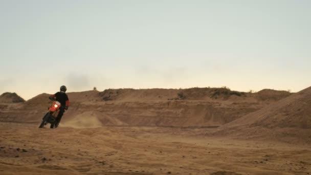 Profesionální motokros motorkář jede na své motorce na terénní dráha písek
