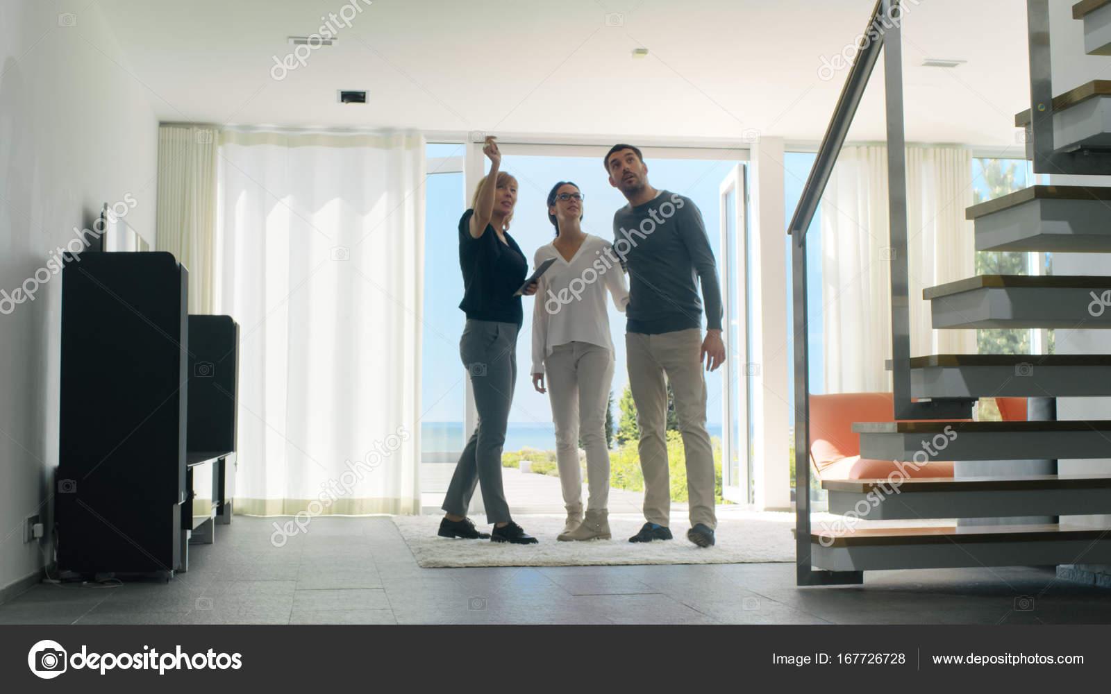 Agente imobiliário profissional mostra casa moderna e elegante para ...