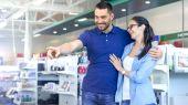 Fényképek Az elektronikai boltban gyönyörű fiatal pár is keres