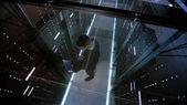 Draufsicht durch das Glas, Ingenieur arbeitet mit Laptop im Rechenzentrum voller aktiver Rack-Server.