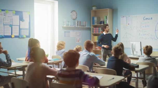 A gondoskodó tanár elmagyarázza a leckét egy osztályteremnek, ami tele van ragyogó, változatos gyerekekkel. Az Általános Iskolában az Okos Többnemzetiségű Gyerekek Tanulástudományi Csoportjával, az egész osztályteremben Kezet emelve Tudó Válasz