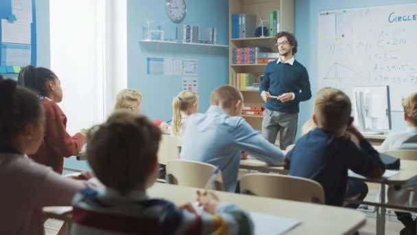 Tehetséges tanár elmagyarázza a leckét egy osztályteremnek, ami tele van ragyogó, változatos gyerekekkel. Az általános iskolában a csoport intelligens gyerekek tanulás tudomány és kreatív gondolkodás, gyermek felemelése kezét a választ