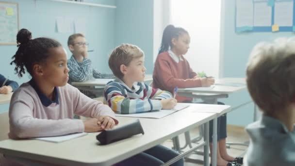 Elemi Osztályterem Diverzum Bright Children Figyelmesen hallgatva a tanár így leckét. Brilliáns fiatal gyerekek az iskolában tanulás, hogy nagy tudósok, orvosok, programozók, asztronauták