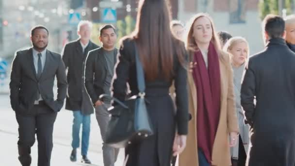 Vielfältige und multikulturelle Büroleiter und Geschäftsleute pendeln morgens zur Arbeit oder an einem sonnigen Tag zu Fuß aus dem Büro. Fußgänger sind lässig gekleidet. Sie sehen erfolgreich aus.