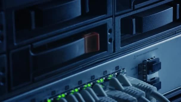 Makroaufnahme: Ethernet-Datenkabel, die mit blinkenden Lichtern an Router-Ports angeschlossen werden. Telekommunikation: RJ45-Internetanschlüsse, die in Modem LAN Switches gesteckt werden. Sicheres Datencenter-System funktioniert
