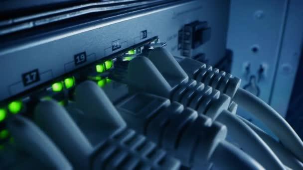 Makroaufnahme: Ethernet-Datenkabel, die mit blinkenden Lichtern an Router-Ports angeschlossen werden. Telekommunikation: RJ45-Internetanschlüsse, die in den LAN-Modem-Hub gesteckt werden. Sicheres Datencenter-System funktioniert