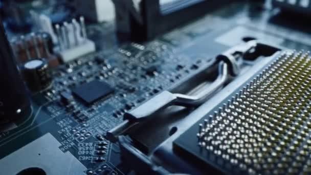 Nachverfolgung von Makrokameraaufnahmen: Konzentrieren Sie sich auf einen CPU-Prozessorsockel. Printed Circuit Board / Computer Motherboard with Components: Innenleben elektronischer Geräte, Teile von Supercomputern.