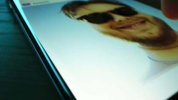 Close-up Macro: Személy Okostelefon használata, Böngészés Képek a Közösségi Hálózat falán. Ujj görgetés Social Media App Feed for Sharing Travel, Food, Selfie Photos. Mock-up alkalmazástervezés