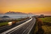 Dálnice s náklaďákem pod vysokými Tatrami na Slovensku