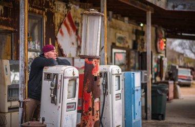 Genç adam, bir vintage benzin pompası