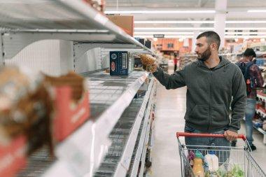 Melbourne, Avustralya; Mart 2020. Spaguetti, makarna ve diğer makarna türleri Coronavirus yüzünden azalıyor hatta tükeniyor. Süpermarkette boş raflar. Avustralya 'da panik satın almak