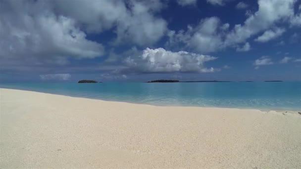 Motukitiu sziget Motu vagy sziget Aitutaki Atoll. Lakatlan trópusi sziget