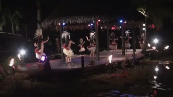 Polynesische Tanzgruppen Mädchen  Frauen tanzen Hula-Stil in traditionellen Grasröcken