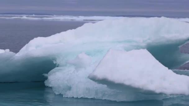 Eisberg am Peel Sound, Gletscherlagune, Nordwestpassage, Kanada.