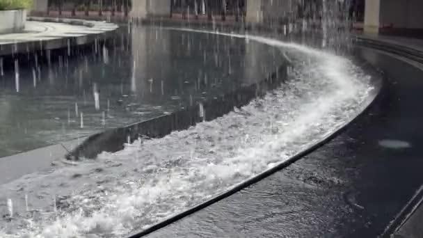 Lassú mozgás nagy mesterséges vízesés közepén a Daan park Taipei város. A víz leomlik a sziklafalról. Gyönyörű szökőkút - Dan