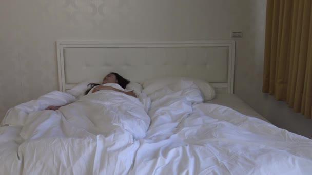 4k, Krásná asijská žena spí v posteli probouzí a dívá se na okno-Dan