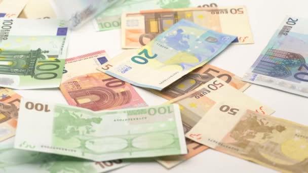 4K Dolly klouzavý výstřel eura padají. Bankovky různých hodnot. Pozadí peněz v hotovosti. Dobrý výdělek. Vydáváme plat. Bankovní vklad. Kredity. Úspěšný business-Dan