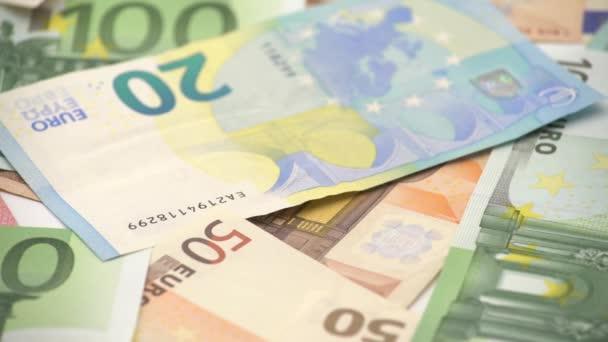 4K Dolly posuvný snímek euros účty různých hodnot. Eurobankovka za dvacet, padesát, jedna, dvě, pět set. Hotovostní bankovky peníze pozadí. Dobrý výdělek. Vydáváme plat. Credit percent-Dan