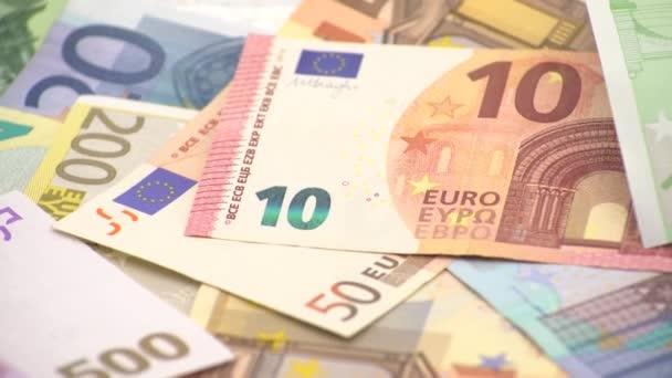 4K Uzavření mince jedno euro s bankovkami různých hodnot. Prachy v hotovosti. Pravých sto eur. Dobrý výdělek. Vydáváme plat. Kredity. Úspěšná práce. Dolly klouzavý výstřel-Dan