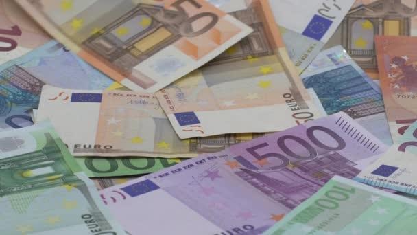 Zpomalený pohyb eura klesá. Bankovky různých hodnot. Pozadí peněz v hotovosti. Dobrý výdělek. Vydáváme plat. Bankovní vklad. Kredity. Úspěšný business-Dan