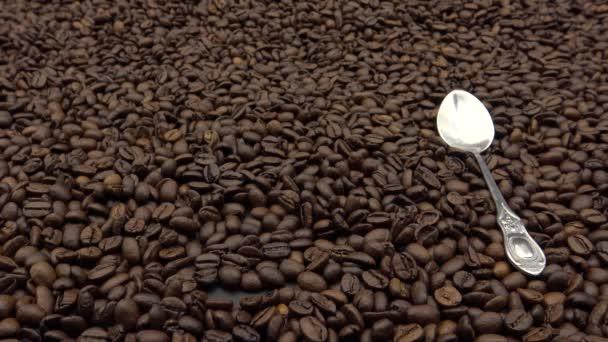 4k šálek černé kávy nad praženými kávovými zrny. Černá znamená, že káva se podává bez mléka nebo smetany.-Dan
