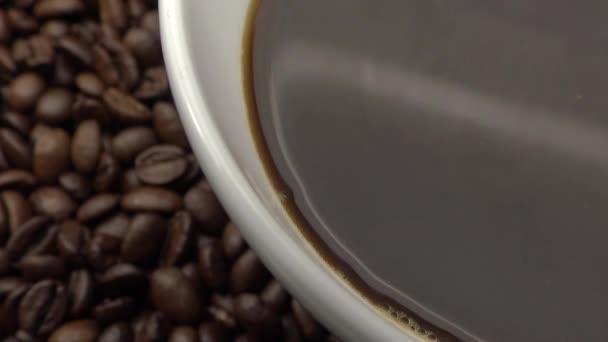 4k Pohár černé kávy nad praženými kávovými zrny-Dan
