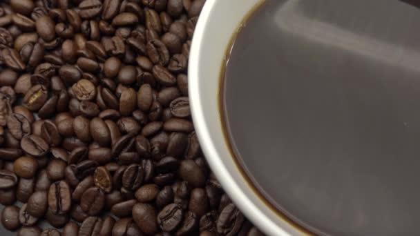4k Egy csésze fekete kávé felett pörkölt kávébab-Dan