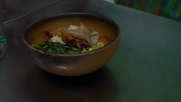 Lassú mozgás ízletes csirke rizzsel egy tálon a taiwanai étteremben. Hagyományos étel Tajvanon. Ázsiai kaja ebédre a Tainan bárban. Kínai friss hús ázsiai konyha háttérben.-Dan