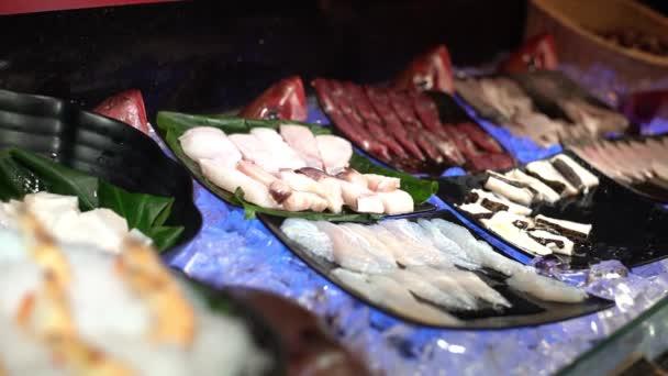4K, čerstvé syrové mořské plody v bufetové řadě na Tchaj-wanu. Krevety na ledě připraveny k obědu v restauraci. Lahodné jídlo pro vaření tradiční tchajwanské hotpot polévky. Zdravá jídla k večeři -Dan