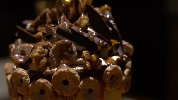 Schlagsahne mit Schokolade. Mit verschiedenen Süßigkeiten und Süßigkeiten, um eine schöne Dekoration Eis Dessert in Glasbecher zu machen. -Dan