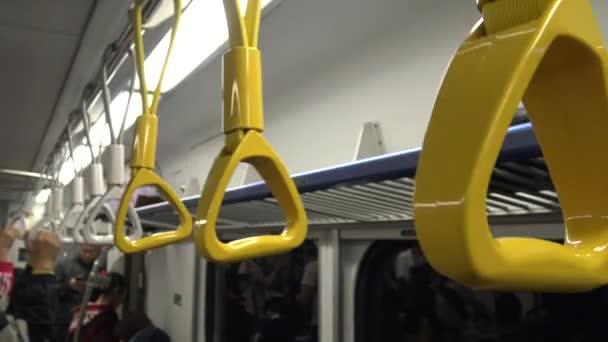 4K Hd Ultra, Ázsiai emberek utaznak csúcsforgalomban Subway, nő beszáll a metróba, az emberek utaznak a metróval Taipei, és használja a telefont Tajvan-Dan