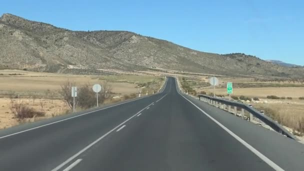 4K Pohled na silnici u auta jedoucího po dlouhé cestě přes krásnou přírodu ve Španělsku. Španělská krajina na poli-Dan