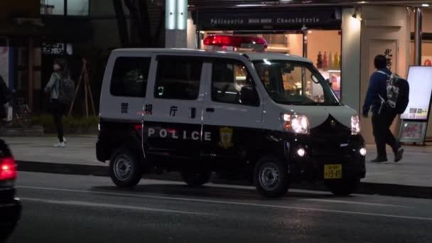 Tokio, Japan-04. Februar 2020: In Zeitlupe blinkt ein Polizeiauto bei Rot im Verkehr. Taschenlampe auf der Straße. Japanische Patrouillenbeamte fahren und patrouillieren in der Stadt. Polizeiautos auf der Straße