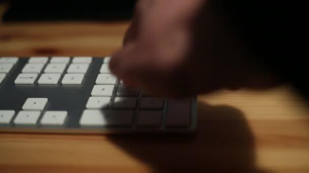 Üzletember kezét gépelés a billentyűzeten, dolgozik NoteBook az íróasztal irodájában - Dan