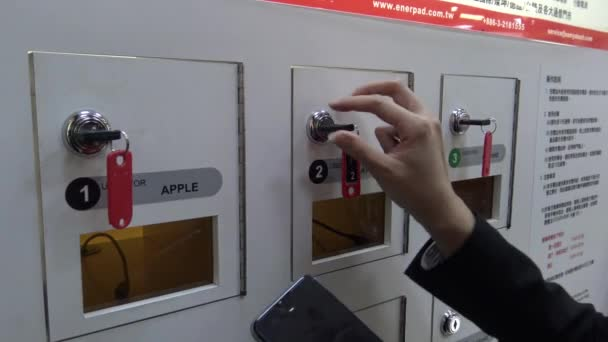 4K Asijské podnikatelka pomocí bezplatné nabíjecí box pro mobilní zařízení v comercial centru Tchaj-wanu, univerzální Power Lock nabíjecí box stanice veřejné mobilní telefon nabíjecí stanice-Dan