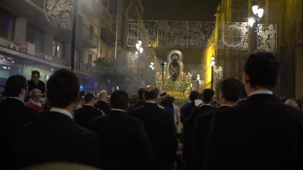Sevilla, Španělsko-07 Prosinec, 2016: 4K Kapela procesí Neposkvrněná Koncepce hraje na ulici hudbu. 7. prosince v Seville během vánoční sezóny, Španělsko-Dan