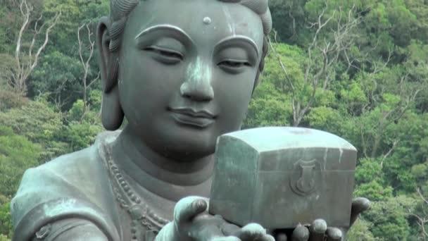 Buddhistické sochy chválí velkého Buddhu (Tian Tan Buddha) na ostrově Lantau, v Hong Kongu 2013.-Dan