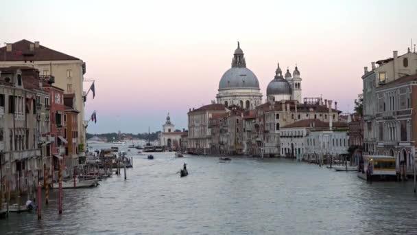 Benátky, Itálie-20. září 2018: 4K, Krásný výhled na baziliku Santa Maria della Salute a tradiční gondolu v Grand Canal. Gondoly jsou transport kolem benátských kanálů-Dan