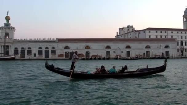 Benátky, Itálie-19. září 2018: Tradiční gondola v Grand Canal a krásný výhled na baziliku Santa Maria della Salute. Gondoly jsou transport kolem benátských kanálů-Dan