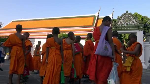 Bangkok, Thaiföld-04 Április, 2016: 4K csoport szerzetesek látogató és séta In Wat Pho néven is ismert a Temple of the Fekvő Buddha vagy Wat Po, egy buddhista templom Bangkokban, Thaiföld-Dan
