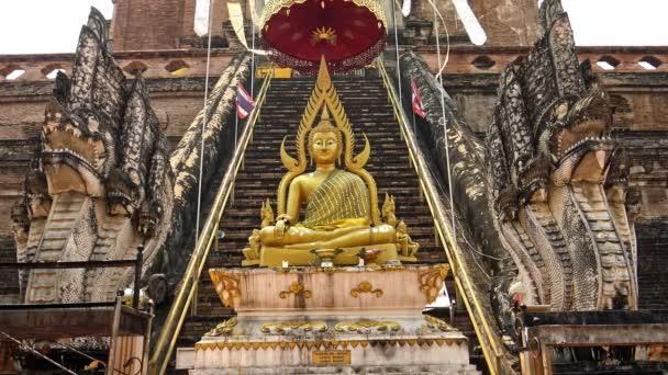 4K Zlatý Buddha socha s názvem Phra Chao Attarot, osmnáct-krychle Buddha před chrámem na Wat Chedi Luang, buddhistický chrám v historickém centru Chiang Mai.-Dan