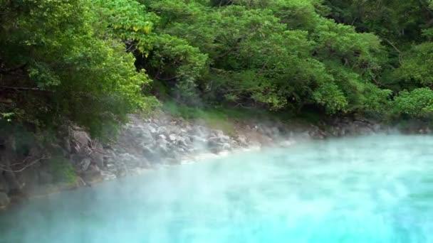 4K, Krásná vařící horká voda z termálního pramene na Tchaj-wanu. Bazény horké vody v Beitou v Taipei. Parní bahno vroucí se nad záplavovým gejzírem. Síra Caldron -Dan