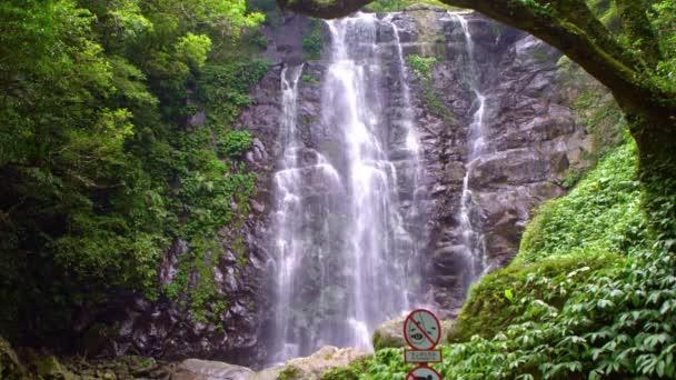 4K Přírodní krása Panenský vodopád, pohled na přírodu. Krásné říční kaskády mezi stromy v divoké hoře Tchaj-wanu. Les Manyueyuan, národní rekreační oblast Xinbei.-Dan