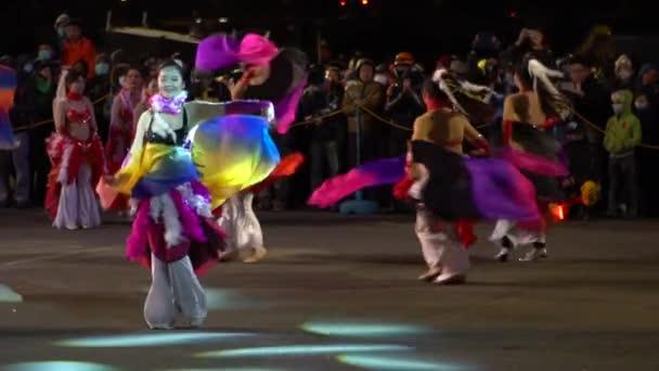 Miaoli, Taiwan-11. Februar 2017: Schöne asiatische Damen tanzen in Zeitlupe einen Bauchtanz auf der Bühne einer Veranstaltung in der Nacht. Die Gruppe genießt die Zeremonie in exotischen und sexy Drees. -Dan