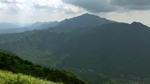 4K, Zvýšený výhled na hory WuFenShan v oblačném dni. Krásná hora Wu Fen Shan, travnatý vrchol se nachází na hřebeni mezi Keelung a Pingxi v New Taipei města. Krajina turistické stezky léto-Dan