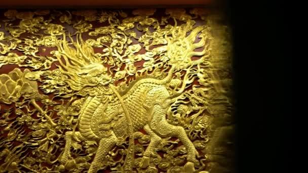 Tainan, Taiwan-05 February, 2019: 4K, Beautiful golden chinese Qilin gravírozott arany a falon Nankunshen Daitian Temple. Tajvani, szent állatszobrokkal díszítve. Dekoratív Quilin-Dan