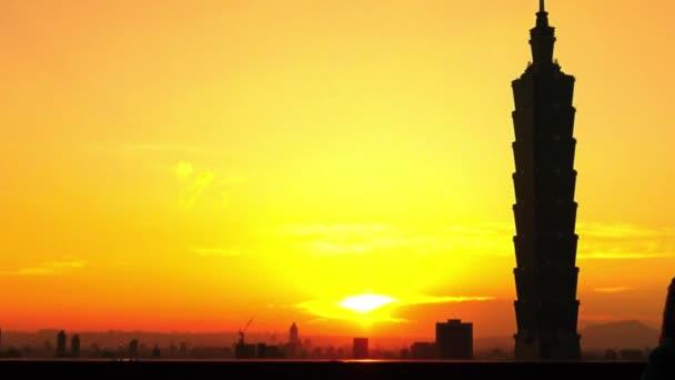 Silueta turistické asijské žena fotografování s chytrým telefonem během krásného západu slunce na sloní hoře s mrakodrapem Cityscape Taipei, budova Taipei 101 v pozadí na Tchaj-wanu-Dan